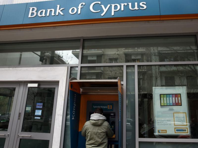 Cipriota tenta levantar dinheiro no multibanco após anúncio do resgate ao país (YANNIS BEHRAKIS/REUTERS)