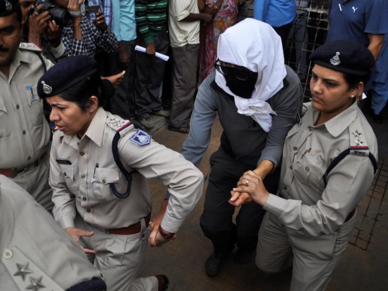 Mulher que foi violada na Índia é transportada pelas autoridades (Reuters)