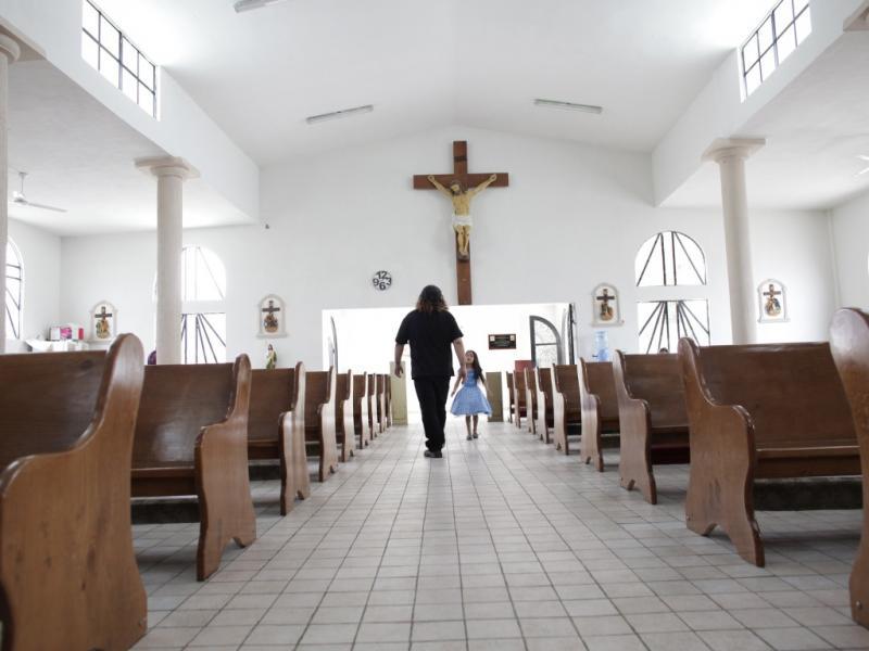 Já sem a batina, o padre Gofo sai da igreja todo de negro (Daniel Becerril/Reuters)