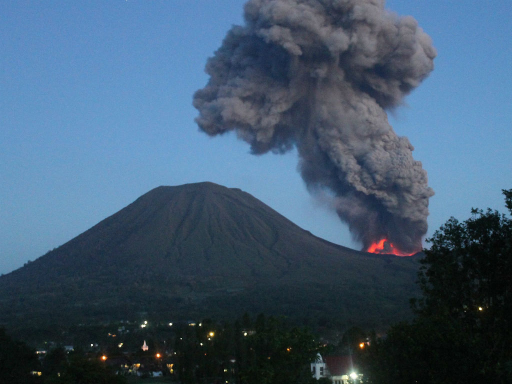 Vulcão Monte Lokon, na Indonésia, em erupção (EPA)