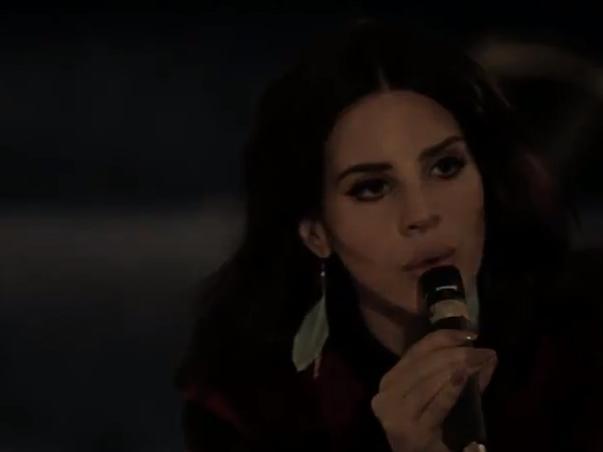 Lana del Rey faz versão de música de Leonard Cohen