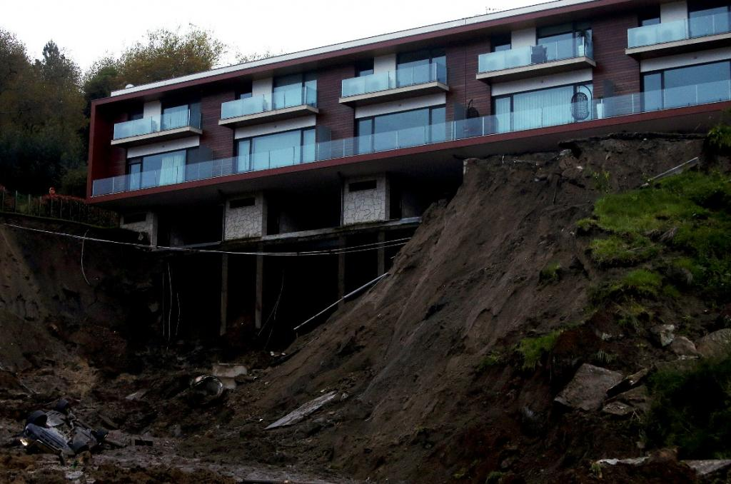 Derrocada em Guimarães cobre circular urbana e deixa casas em risco (Lusa/José Coelho)