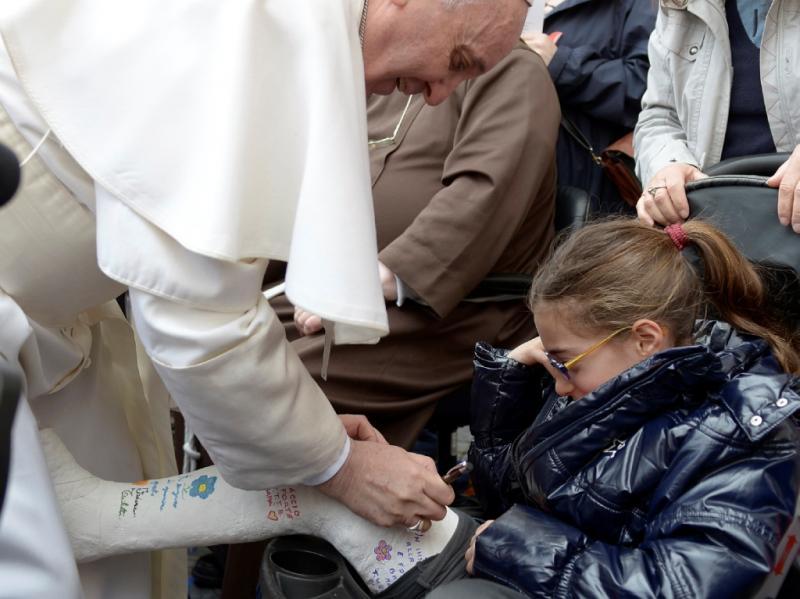 Papa assina gesso (Reuters)