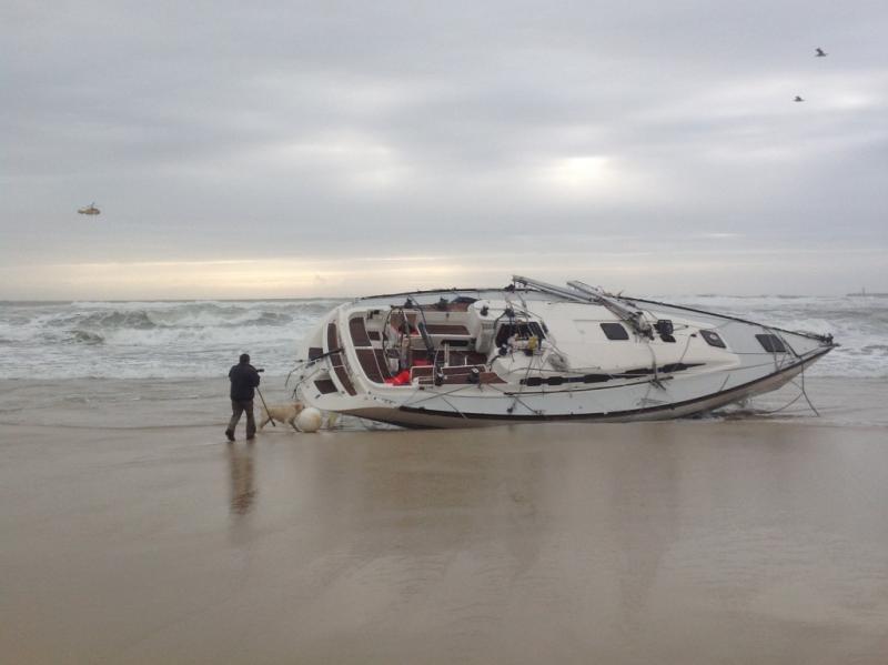 Veleiro naufraga à entrada do Porto da Figueira da Foz (fotos TVI24)