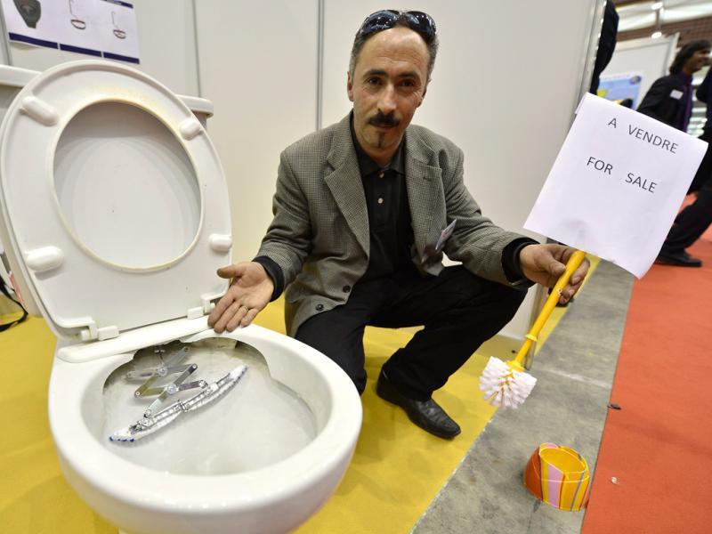 Feira de Invenções, Novas Técnicas e Produtos de Geneva: francês Belaid Kared criou uma sanita com sistema de limpeza integrado (Lusa)