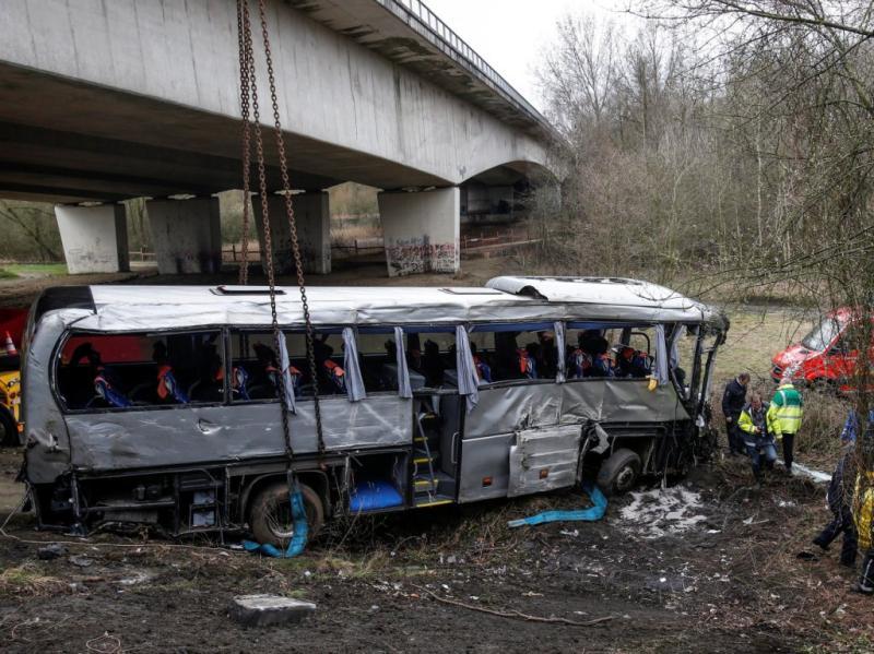 Autocarro cai de ravina e faz cinco mortos (EPA)