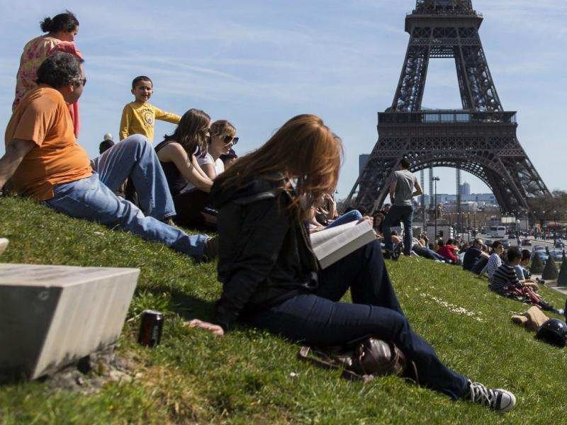 Bom tempo: europeus saem à rua (EPA/Ian Langsdon)