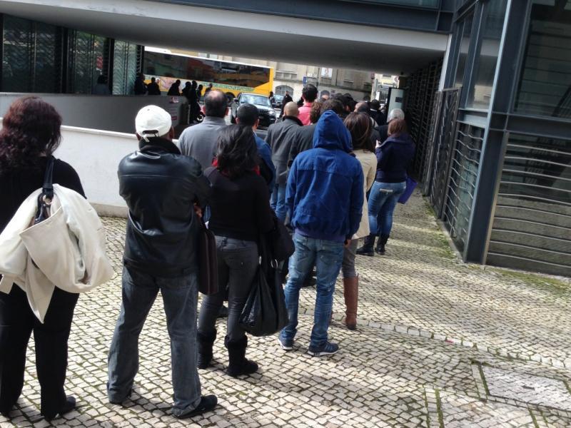 Fila à porta do Consulado de Angola