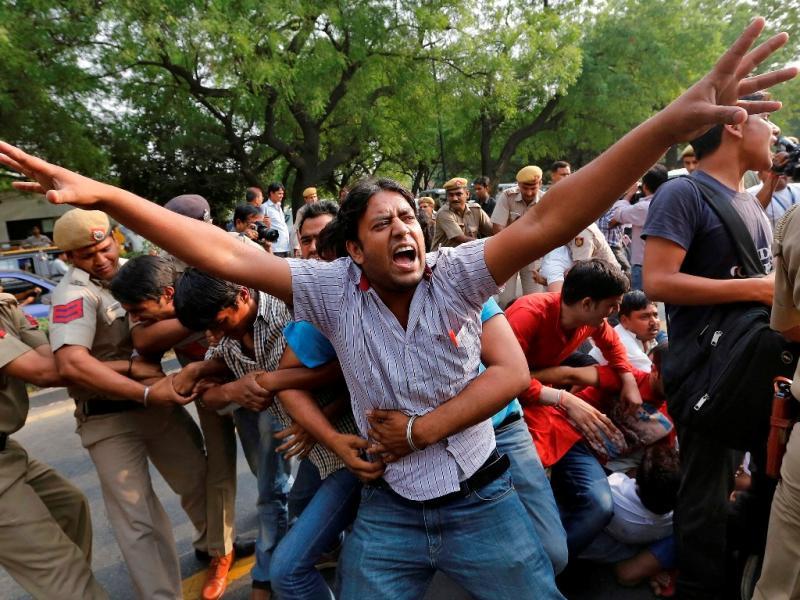 Violação e tortura de menina de 5 anos causa protestos em Nova Deli (Reuters)