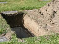 Adeptos do Macva Sabac cavam sepultura no relvado