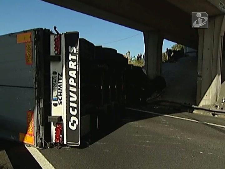 Camião tombado na A7