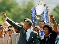 Terry não joga mas levanta a Taça: outra vez