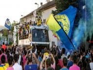 Jogadores do Arouca festejam subida de divisão em autocarro pela vila