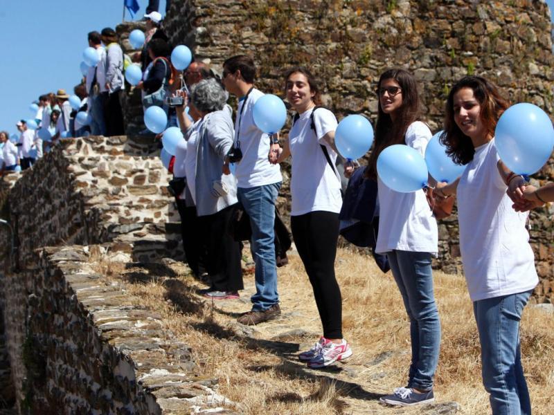Cordão humano pela paz em Evoramonte (foto Lusa)