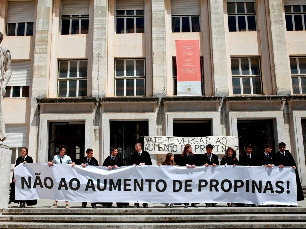 Estudantes de Coimbra manifestam-se e exigem congelamento de propinas (Lusa)