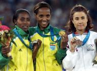 30/9/2000: Fernanda Ribeiro e a medalha de bronze nos 10 mil metros, nos Jogos de Sydney (Reuters)