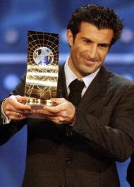 17/12/2001: Figo consagrado pela FIFA como World Player of the Year (Reuters)