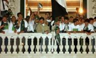 29/4/2002: Um dia depois de ver confirmado o título de campeão nacional, o Sporting festeja na Câmara Municipal (José Manuel Ribeiro/Reuters)