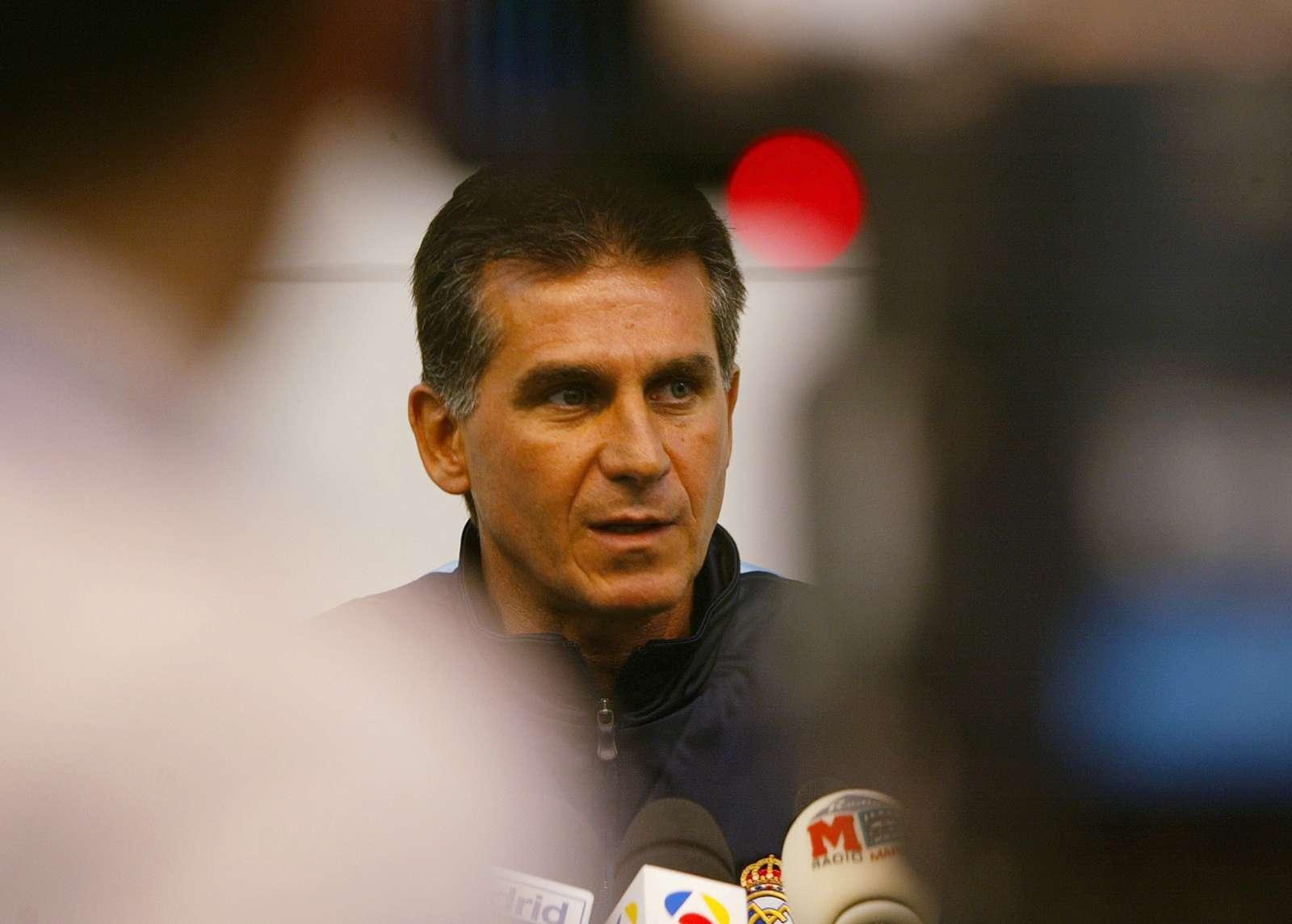 26/7/2003: Carlos Queiroz é apresentado no Real Madrid como sucessor de Vicente del Bosque (Reuters/Desmond Boylan)