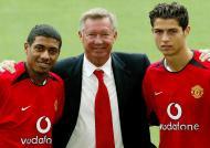 13/8/2003: Cristiano Ronaldo apresentado em Old Trafford, com Kleberson (Reuters/Paul Sanders)