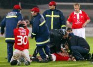 25/1/2004: tragédia no futebol português, com o jogador do Benfica Miklos Fehér a cair em pleno relvado do D. Afonso Henriques, em Guimarães, vitimado por um ataque cardíaco (Reuters/Luís Vieira)