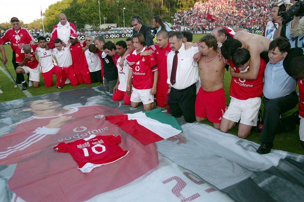 16/5/2004: jogadores do Benfica homenageiam os desaparecidos Fehér e Rui Baião, depois da vitória sobre o F.C. Porto, 2-1, na final da Taça (Reuters/Marcos Borga)