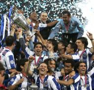 26/5/2004: o F.C. Porto bate o Mónaco por 3-0, em Gelsenkirchen, e torna-se campeão europeu. José Mourinho está de saída para o Chelsea e quase não festeja com o grupo (Reuters/Kai Pfaffenbach)
