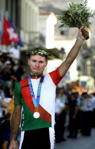 14/8/2004: Sérgio Paulinho recebe a medalha de prata na prova de estrada dos Jogos Olímpicos de Atenas (Reuters)