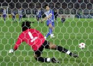 12/12/2004: Pedro Emanuel converte o pontapé que dá a última Taça Intercontinental da história ao F.C. Porto, na decisão com o Once Caldas (Reuters/Yuriko Nakao)