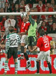 14/5/2005: Luisão salta mais do que Ricardo e marca ao Sporting, nos últimos minutos, pondo o Benfica na liderança da Liga a uma jornada do fim (Reuters/José Manuel Ribeiro)