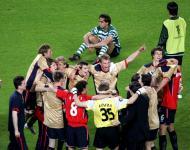18/5/2005: Beto, inconsolável, assiste à festa do CSKA Moscovo, que conquista a Taça UEFA depois de vencer o Sporting em Alvalade (3-1), quatro dias depois de os leões deixarem fugir o título nacional (Reuters/Albert Gea)