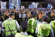22/4/2006: agentes da GNR tentam conter a invasão de adeptos do F.C. Porto ao campo do Penafiel, para festejar a conquista do título nacional (Reuters/José Manuel Ribeiro)