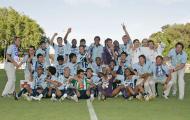 14/5/2006: jogadores e equipa técnica do F.C. Porto festejam a conquista da Taça de Portugal diante do V. Setúbal (1-0), no último jogo oficial do técnico holandês pelos dragões (Reuters/Marcos Borga)