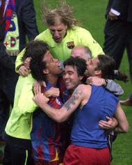 17/5/2006: Deco festeja com Ronaldinho a conquista do título de campeão europeu pelo Barcelona, diante do Arsenal. Depois de Figo, Rui Costa e o F.C. Porto, a Champions volta a falar português (Reuters/Philippe Wojazer)