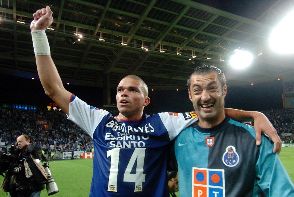 20/5/2007: F.C. Porto sagra-se campeão diante do Desp. Aves, na última jornada. Pepe, de saída para Madrid e Vítor Baía, que termina uma carreira incomparável, despedem-se dos adeptos (Reuters/Fernando Veludo)