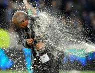 10/5/2009: F.C. Porto sagra-se tetracampeão nacional ao vencer o E. Amadora (6-0), e Jesualdo Ferreira, aqui batizado com champanhe, consegue o terceiro titulo (Reuters/Fernando Veludo)