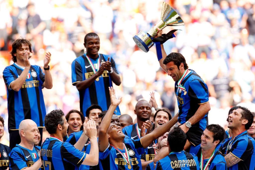 31/5/2009: no Giuseppe Meazza, Figo termina a carreira, erguendo o troféu de campeão perante o aplauso dos companheiros do Inter (Reuters/Alessandro Garofalo)