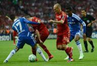 19/5/2012: Bosingwa trava Ribéry e Robben, o Chelsea trava o Bayern em Munique e sagra-se campeão europeu para surpresa geral. O árbitro português Pedro Proença observa ao longe (Reuters/Dylan Martinez)