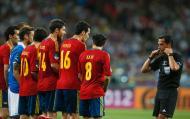 1/7/2012: Pedro Proença repreende os jogadores da Espanha durante a final do Euro-2012. Proença tornou-se o primeiro português a dirigir a final de uma grande competição de selecções (Reuters/Kai Pfaffenbach)