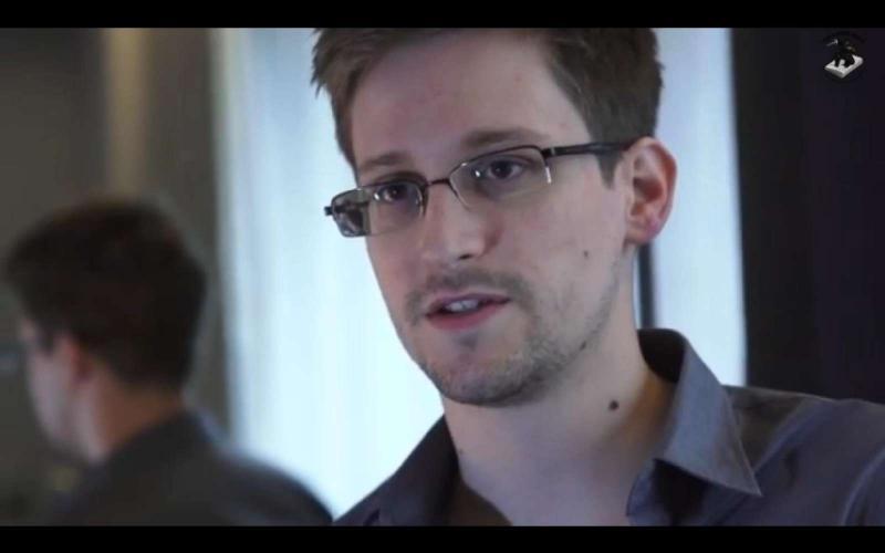 Edward Snowden em entrevista ao jornal «The Guardian», onde denunciou que os Estados Unidos e o Reino Unido têm programas secretos de vigilância do mundo