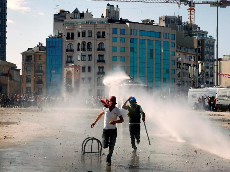 Confrontos entre manifestantes e polícia em Istambul (Reuters)