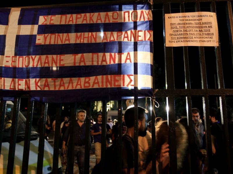 Trabalhadores na estação pública de televisão grega [EPA]