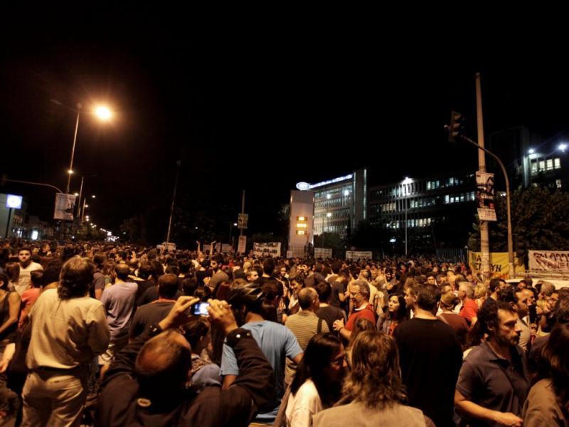 Protesto contra o fim da estação pública de televisão grega [EPA]