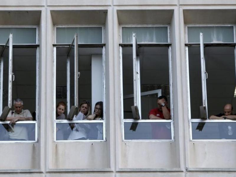 Trabalhadores barricados na estação pública de televisão grega [Reuters]