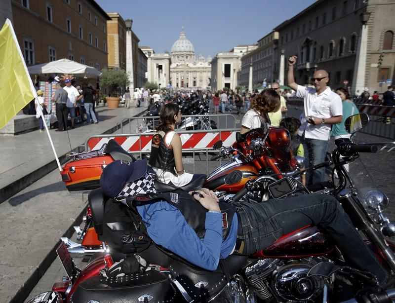 Papa Francisco abençoa adeptos de Harley Davidson no Vaticano (REUTERS/Stefano Rellandini)