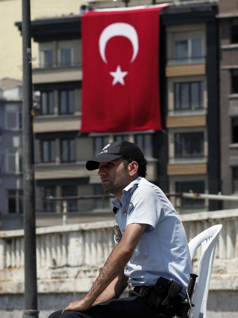 Polícia turca descansa no parque Gezi após o confronto com manifestantes que só terminou de madrugada (EPA)