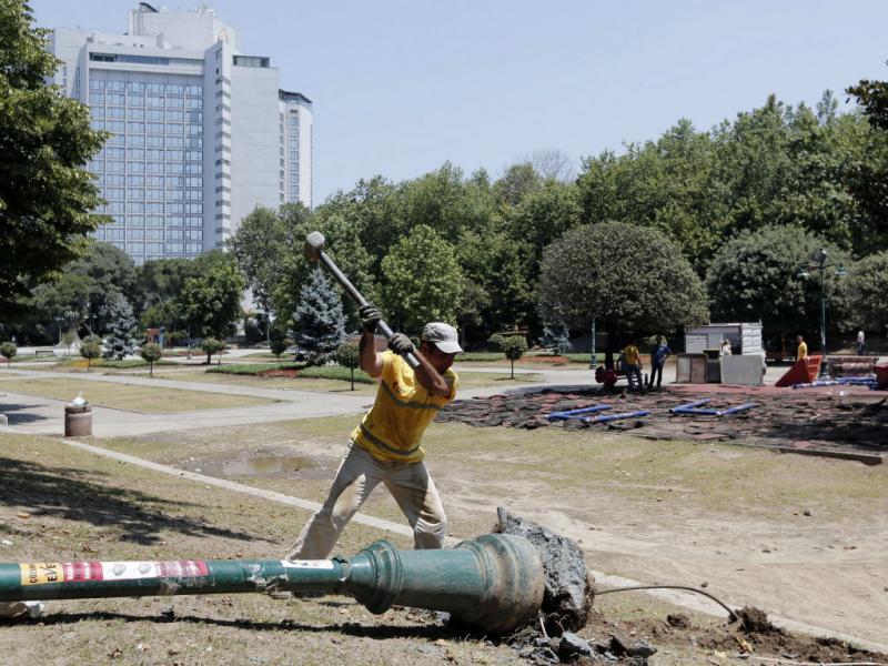 Turquia: trabalhadores recuperam parque Gezi após o confronto entre polícia e manifestantes que só terminou de madrugada (EPA)