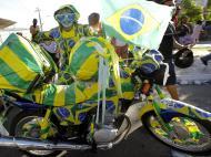 Adeptos à porta do treino do Brazil (EPA/ROBERT GHEMENT)