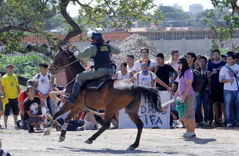 Brasil: confrontos entre manifestantes e polícia em Fortaleza [EPA]