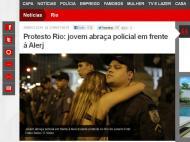 Jovem abraça polícia no Rio de Janeiro (Foto: reprodução «O Globo»)